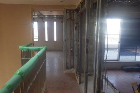 事務所廊下施工中